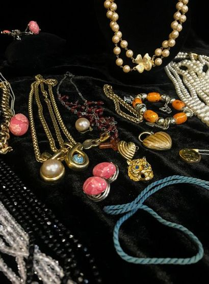 Lot of costume jewelry including pearl necklaces, pendants, earrings, rings...