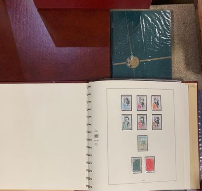 Timbres  Lot de cinq classeurs de timbres...