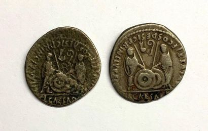 Rome – Auguste  Lot de deux deniers  A : Tête laurée d'Auguste à droite.  R : Caius...