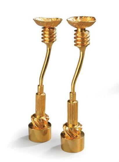 TAKIS Paire de chandeliers en bronze doré...