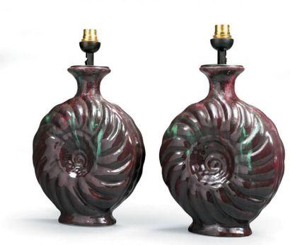 PRIMAVERA Paire de lampes Nautiles en céramique de forme ovoïde à décor de lignes...