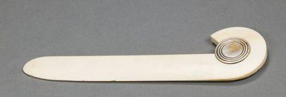 PUIFORCAT Coupe papier en ivoire à médaillon...