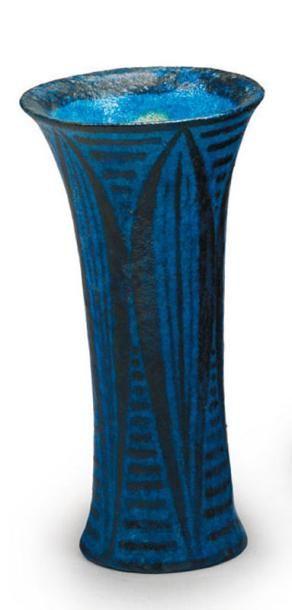 Félix MASSOUL (1872 - 1942) Vase en céramique de forme cornet. Décor géométrique...
