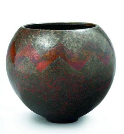 Claude LINOSSIER (1893 - 1953) Vase en dinanderie...