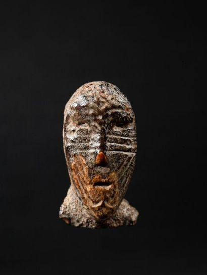 Exceptionnelle tête humaine au visage scarifié...