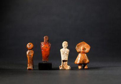 Ensemble : - Ravissante figurine présentant...