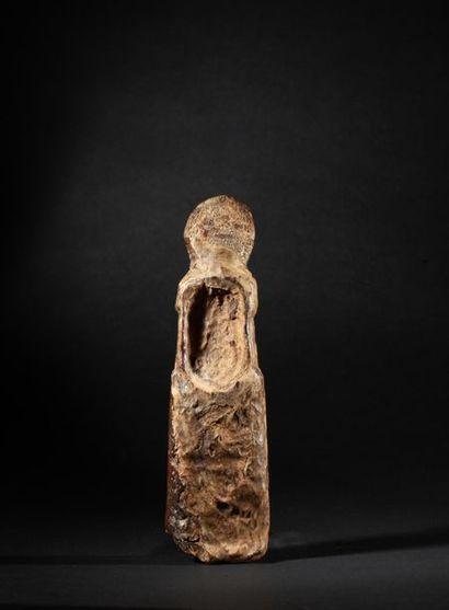 Idole chamanique présentant un buste totémique,...
