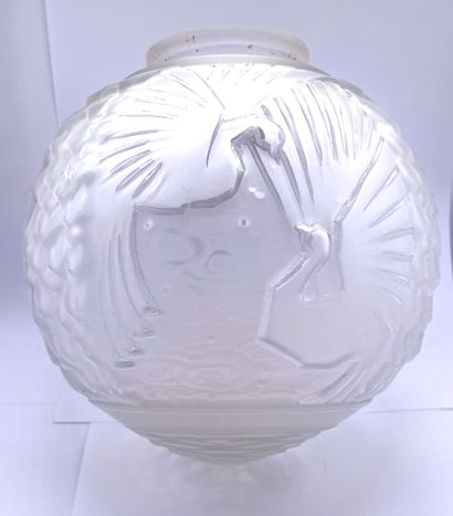 Globe en verre pressé moulé à décor d'oiseaux...