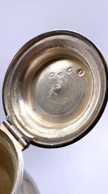 Cafetière en argent en forme d'urne, sur un piètement tripode en griffes réunis...
