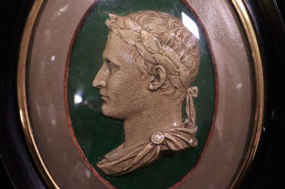 Médaillon figurant Napoléon Ier en empereur romain.  Plâtre à l'imitation de la...