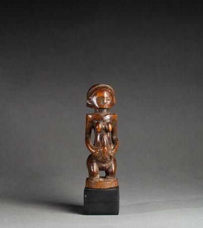 § Statuette présentant une jeune femme au...