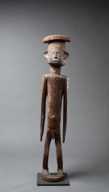 Statue présentant un personnage masculin...