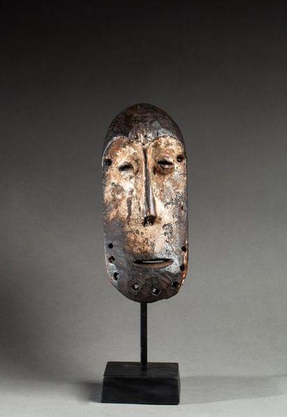 § Masque de grade présentant un visage au...