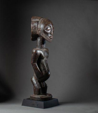 Belle statue d'ancêtre masculin présentée...