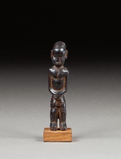 Statuette présentant un personnage debout,...