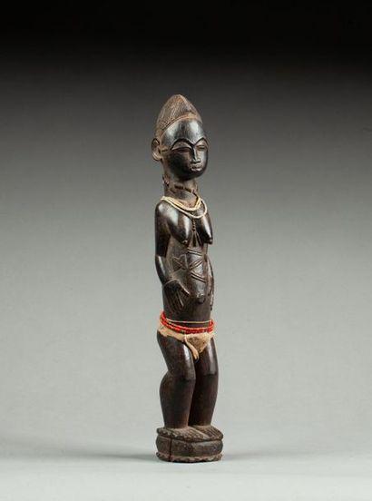 Figure féminine présentée debout sur un piédestal...