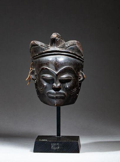 § Masque de danse « Pwo » à coiffe trilobée....