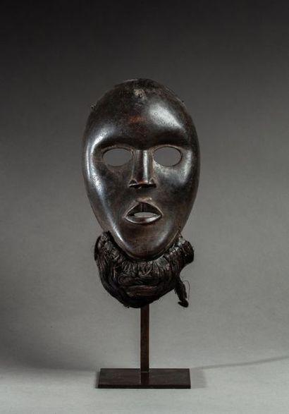 Masque de danse sculpté d'un visage juvénile...