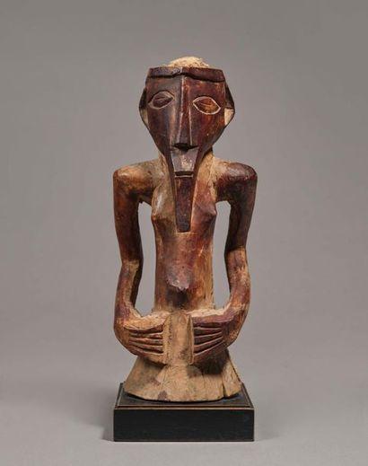 § Statue fétiche présentant un buste hermaphodite...