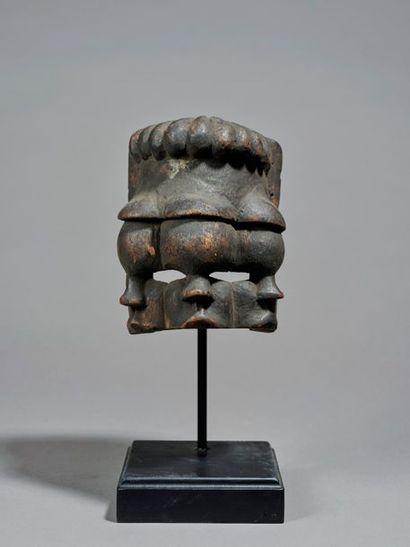 § Masque de danse, sculpté de trois visages...
