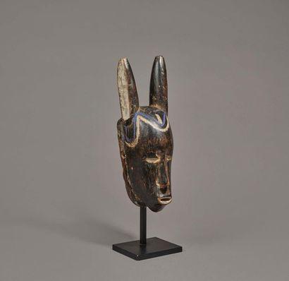 § Masque présentant la tête d'un esprit de...