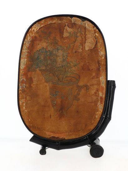 CHINE, XIXe siècle Ecran ovale en bois laqué et incrustations à décor d'oiseaux branchés...