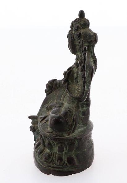 CHINE, XIXe siècle Statuette de divinité en bronze Représentant une tara assise sur...