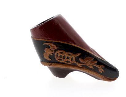 *CHINE, XIXe siècle Tabatière en bois sculpté en forme de chaussure de courtisane....