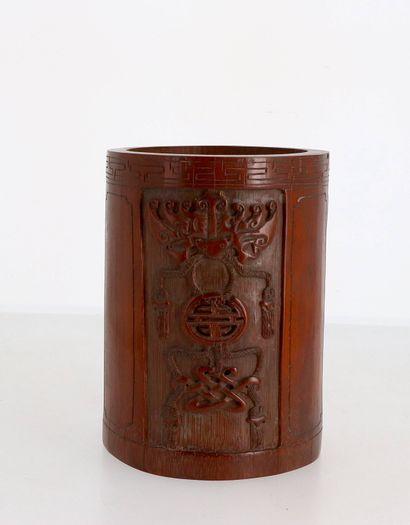 CHINE, XIX-XXe siècle Pot à pinceaux bitong en bambou sculpté à décor de chauve-souris...
