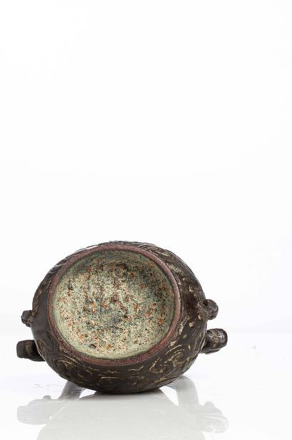 CHINE, XIXe siècle Vase miniature en bronze, you à décor de taotie et d'oiseaux sur...