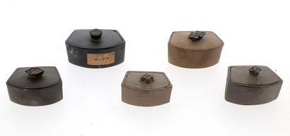 *CHINE, XIXe siècle Ensemble de cinq boîtes à grillons en terre cuite Largeurs :...