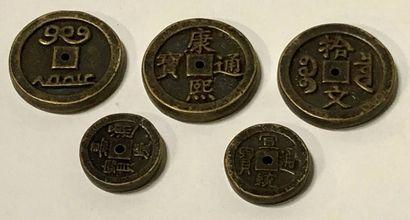 CHINE, XXe siècle Cinq pièces de monnaie Diamètre : 3,2 à 4,8 cm