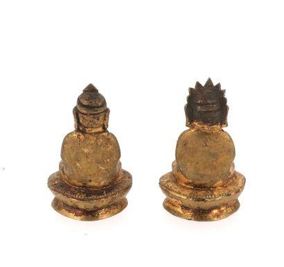 CHINE, XVIIIe SIÈCLE Ensemble de deux amitayus en bronze doré Hauteur : 6 cm  Largeur...