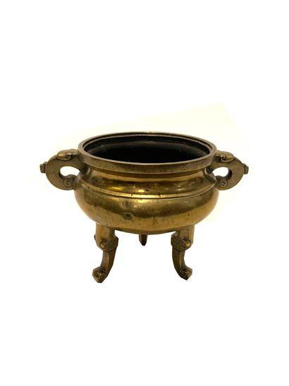 CHINE, XIXe siècle Brûle parfum tripode en bronze Y est joint un couvercle surmonté...