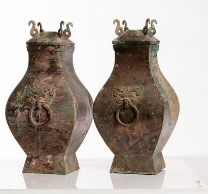 Chine, époque Han Paire de vases en bronze de type Fang hu Les poignées en forme...