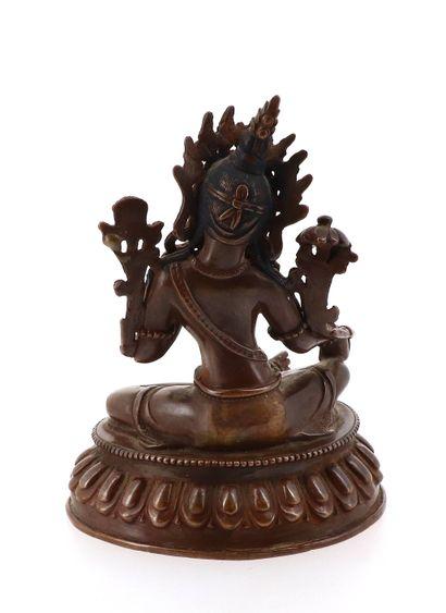 SINO-TIBET, XXe siècle Statuette de divinité en bronze Représentant une tara assise...