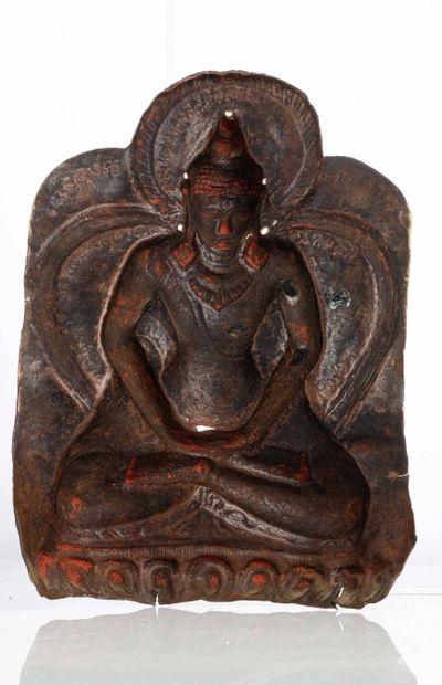 NEPAL, XVIII/XIXe siècle Plaque en bronze doré repoussé Représentant le Bouddha assis...