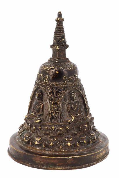Tibet, XIXe siècle Cloche en bronze à décor de divinités Prenant la forme d'une stupa....