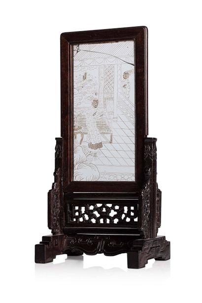 CHINE, XIXe siècle Ecran de table Comprenant une plaque en verre incisée figurant...