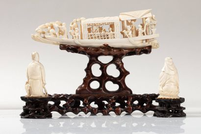 CHINE, XIXe siècle Trois éléments en ivoire* composé d'une jonque animé de personnages...