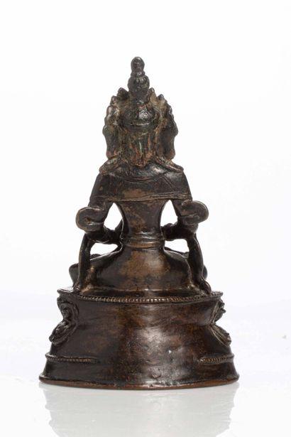 Tibet, XIXe siècle Statuette de divinité en bronze Représentant un amitayus. Patine...