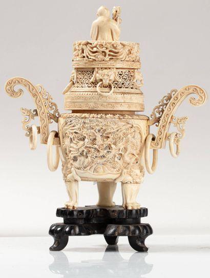 CHINE, vers 1900 Brûle parfum en ivoire* sculpté et ajouré, à décor de dragons sur...