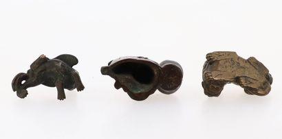 CHINE, XVII/XIXe siècle Trois éléments en bronze, poids de rouleaux Représentant...