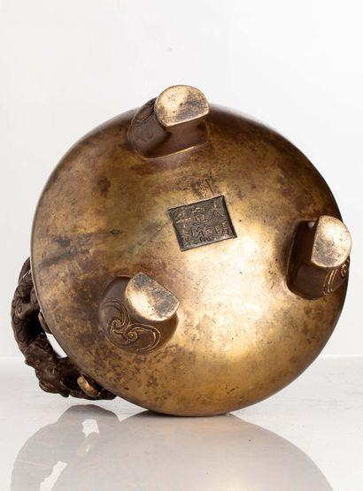 CHINE, XVIIe siècle Brûle parfum en bronze à patine brune De forme circulaire et...