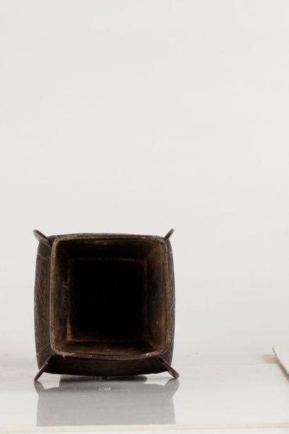 CHINE, XVIIe siècle Vase en bronze de forme quadragnulaire, les anses à motifs de...