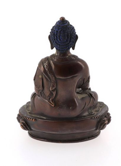 CHINE, XXe siècle Statuette de divinité en bronze Représentant le bouddha assis sur...