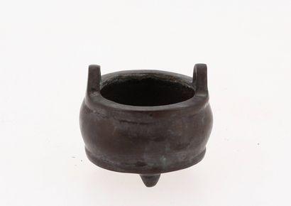 CHINE, XXe siècle Brule parfum miniature en bronze Marque à quatre caractères sous...