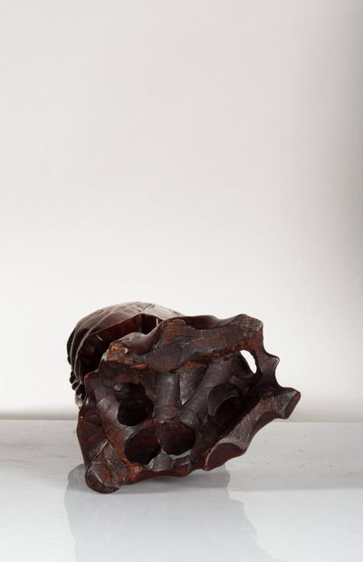 CHINE, XIXe siècle Elégante figurine en buis sculpté Représentant un immortel, s'appuyant...