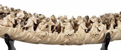 CHINE, XIXe siècle Défense* d'éléphant sculptée représentant une myriade de personnages...