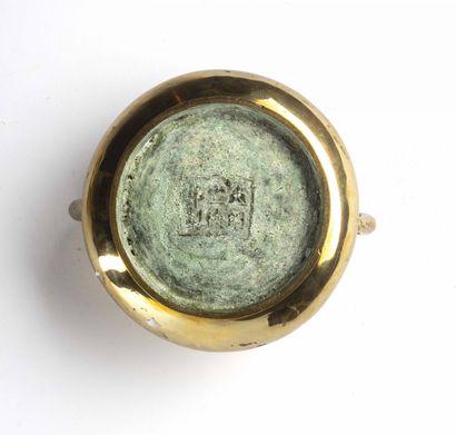 CHINE, XIXe siècle Brûle parfum circulaire en bronze De forme bombée, il est agrémenté...